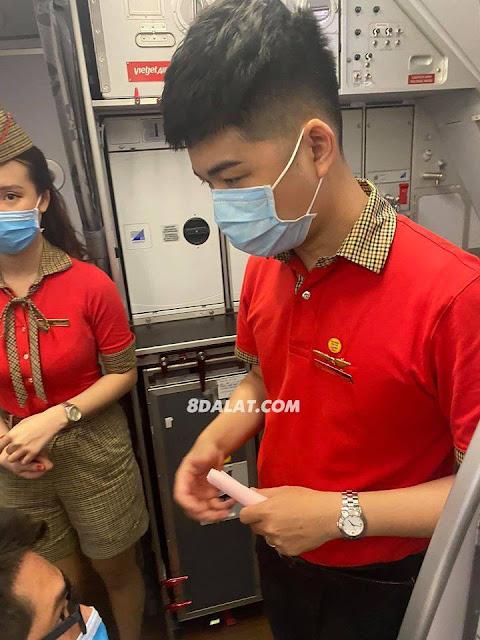 Clip Hot girl ném điện thoại vào tiếp viên trưởng Vietjet Air khi bị nhắc nhở