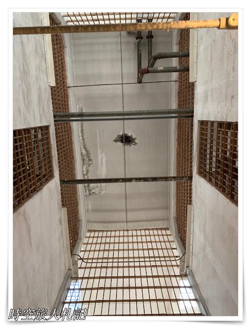 天花板上手榴彈的痕跡