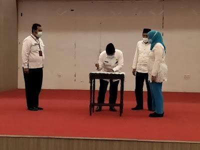 PLH Drs HL. Idham Khalid selaku PLH Bupati Loteng, saat menandatangani SK pengangkatan sebagai PLH Bupati, di dampingi Wabup dan Asisten III pemprov NTB.