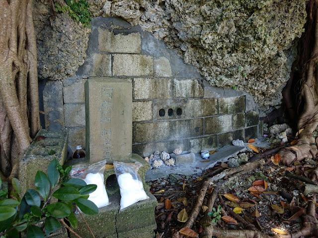 阿麻和利の墓の写真
