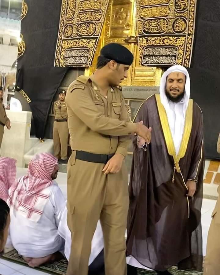 Siapa Sosok yang Bersalaman dengan Polisi Penjaga ini? Mengapa Ia Selalu Berdiri Belakang Imam?