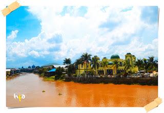 masjid at taubah martapura di tepi sungai martapura