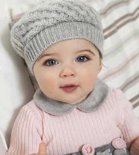 بنت صغيرة بقبعة