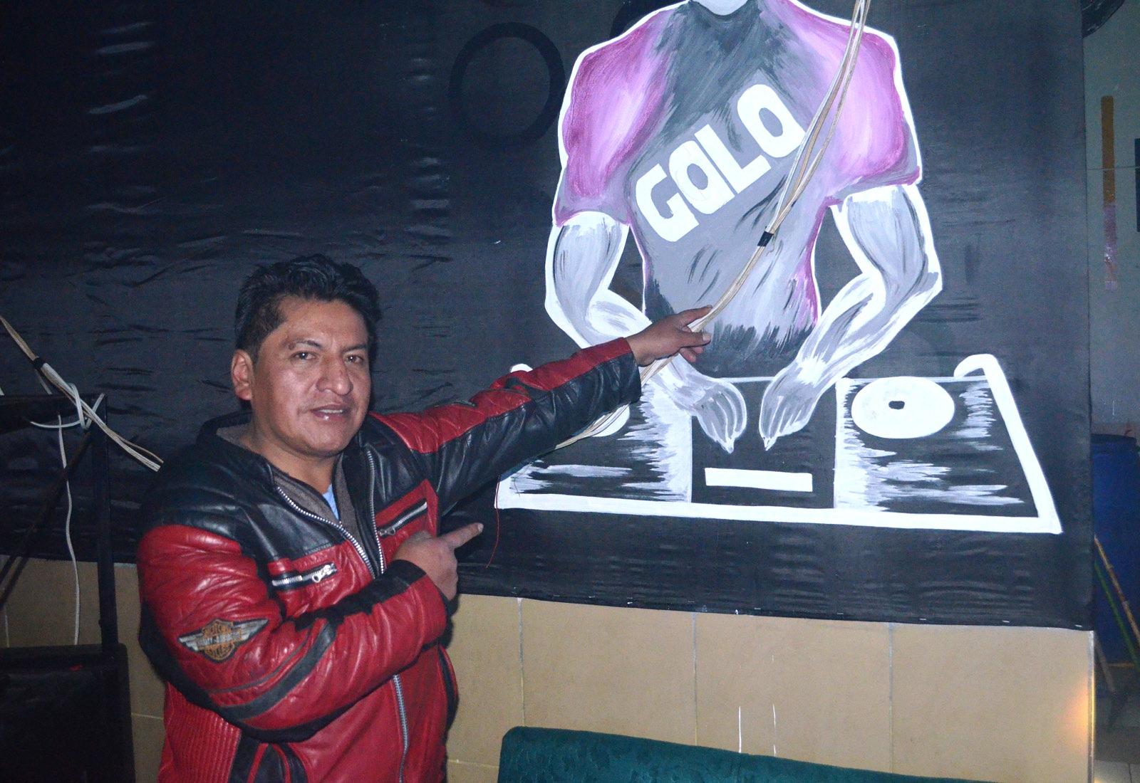 Poma muestra orgulloso el oficio de ser DJ / ALBERTO MEDRANO