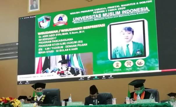 Senior Ari Jadi Wisudawan Doktor Terbaik UMI dengan IPK 3.99