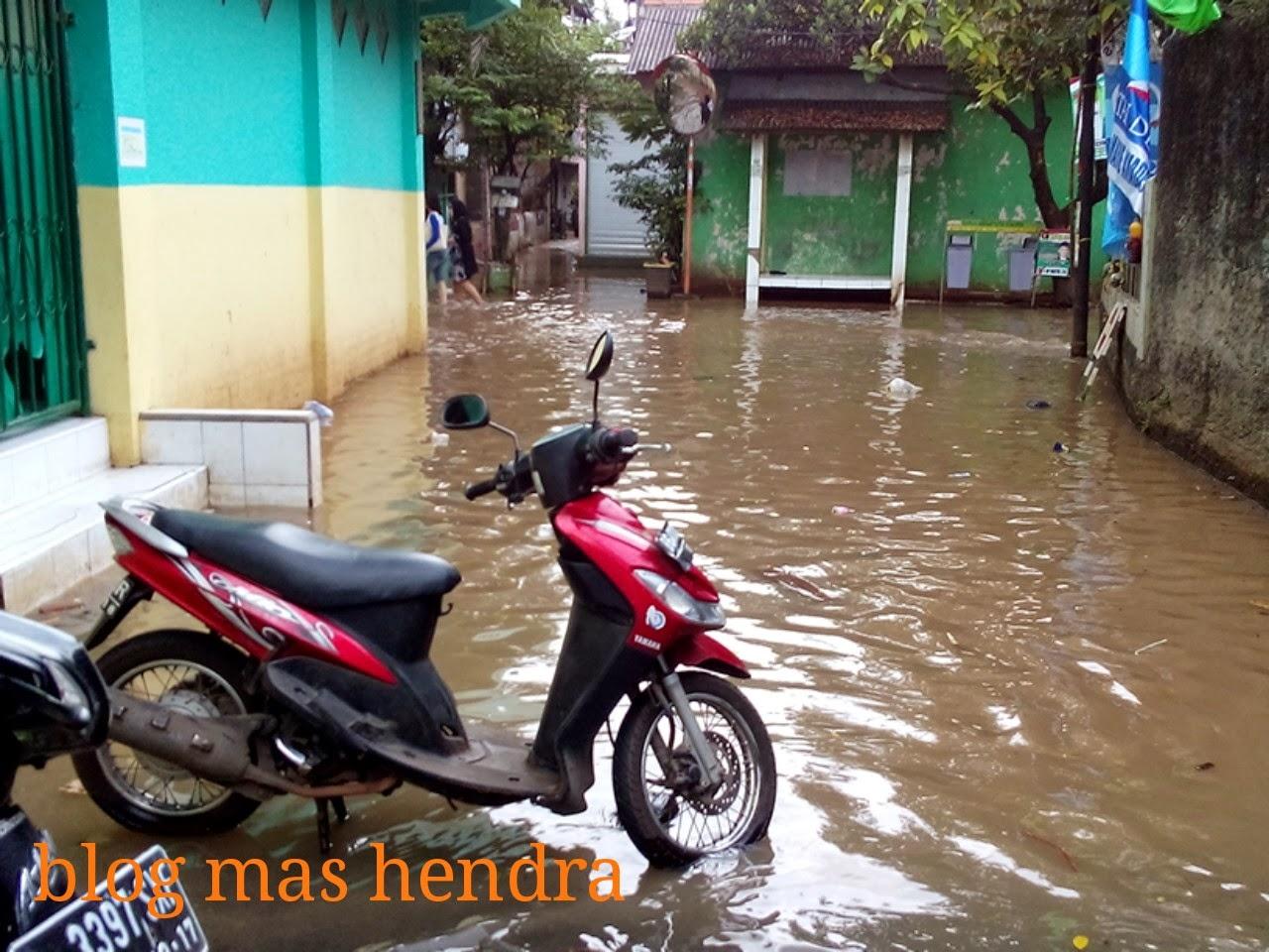 beberapa motor tak bisa masuk akibat banjir kiriman