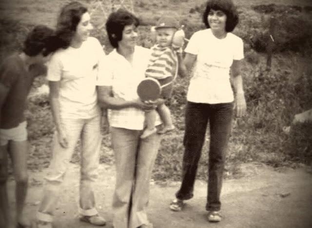 fotografia antiga com mulheres e crianças