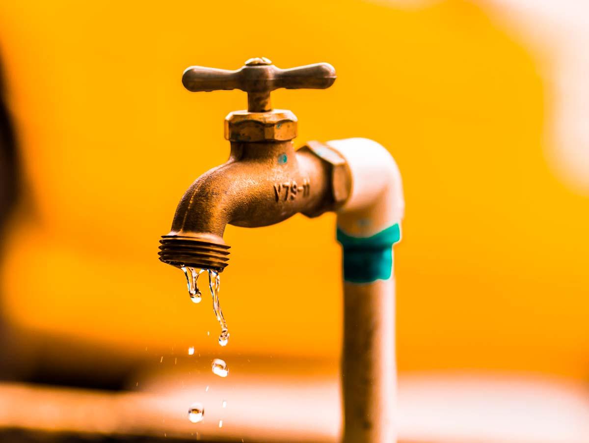 Conta d'água mais cara? Aprenda a identificar sinais de vazamento em casa