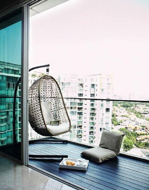 Balkon Minimalis dengan Kursi Gantung Sederhana