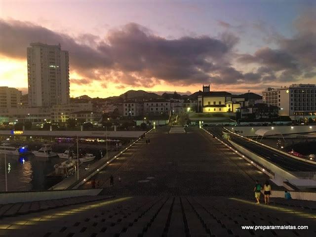 paseo nocturno en Ponta Delgada San Miguel