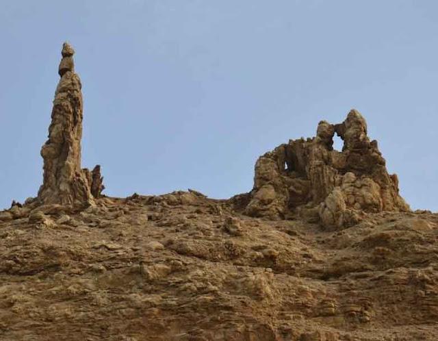 Estatuas de pedra próximas ao mar morto