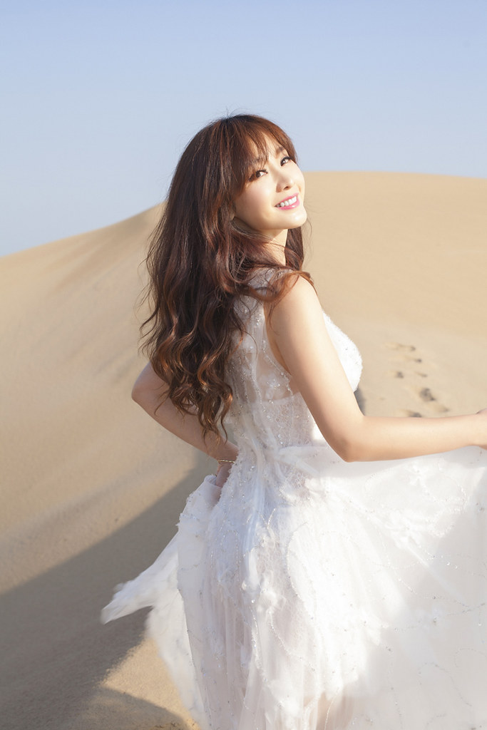 Gallery - Chinese beautiful model Liu Yan with Sexy White Dress on Desert Photo - P4