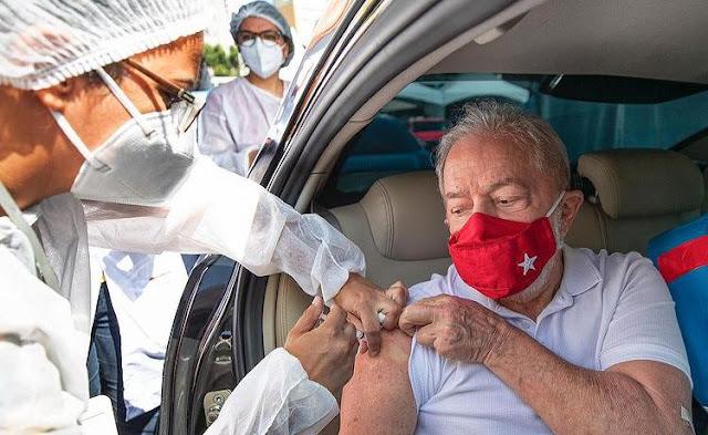 Lula é vacinado com a Coronavac contra a Covid-19