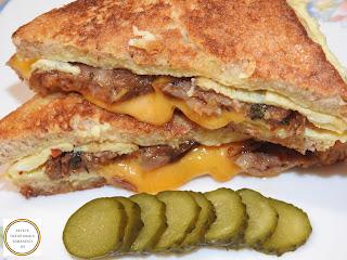Sandwich cu omleta reteta rapida pentru mic dejun sau pranz cu oua paine castraveti murati carnati de porc picanti si branza cheddar prajite la tigaie retete culinare mancaruri de casa stradale rapide mancare omelette impaturita sau impachetata,