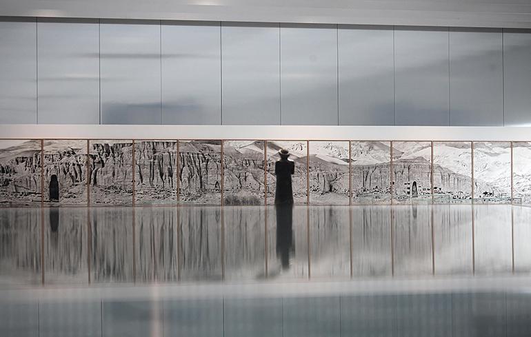Photographie de la falaise de Bâmiyân exposée au Louvre-Lens