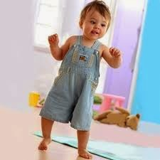 gambar lucu bayi belajar jalan