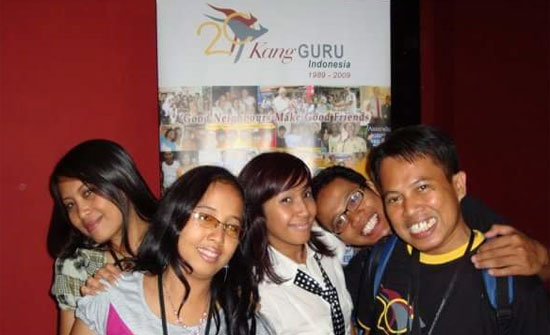 KENANGAN : Inilah salah satu momen kenangan saat tim Champion KangGuru Indonesia berpose dengan Ayu K (tengah). Foto diambil sekitar tahun 2010 yang lalu.  Foto IST