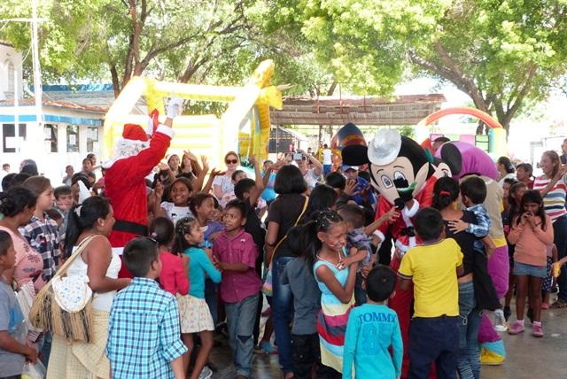 En-un-ambiente-navideno-Caritas-Cristo-Rey-de-La-Villa-agasajo-a-los-ninos-Fotos