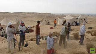 بالفيديو العثور على مومياء فريدة استخرجها الروس من الصحراء بالفيوم