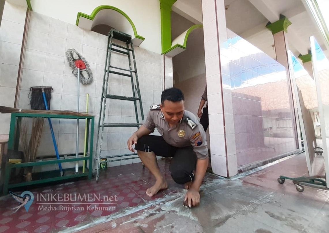 Jelang Shalat Jumat, Belasan Polisi Datangi Masjid Al-Mukarromah Panjer