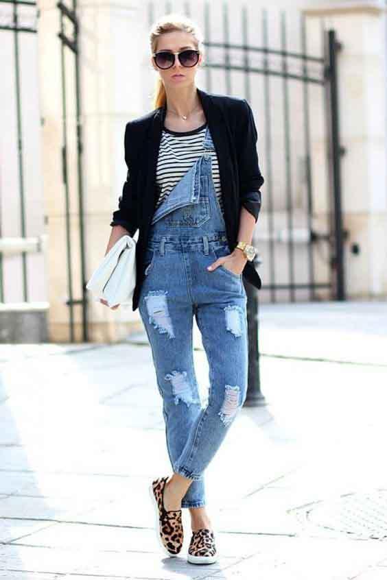 Jardineira jeans, blazer preto e tênis de oncinha