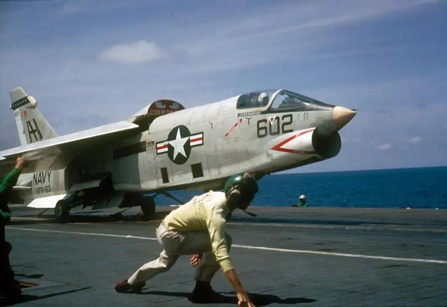 طائرة F-8