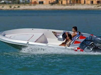 Un barchino Brube: tipico mezzo di trasporto dei giovani di Venezia e della Laguna Veneta