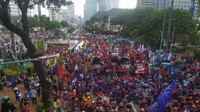 Massa Buruh Minta Masuk Istana dan Bertemu Jokowi