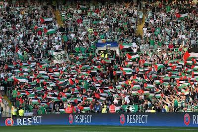 ribuan fans Glasgow Celtic melambaikan bendera Palestina
