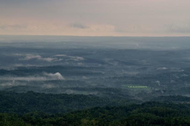 Kabut berarak terlihat dari gunung api purba Nglanggeran ©Jelajahsuwanto