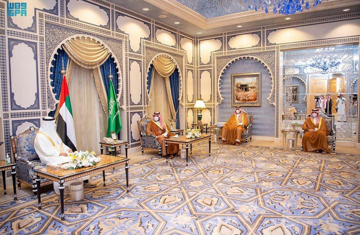 سمو ولي العهد يجتمع بسمو ولي عهد أبو ظبي ويستعرضان العلاقات الأخوية بين البلدين