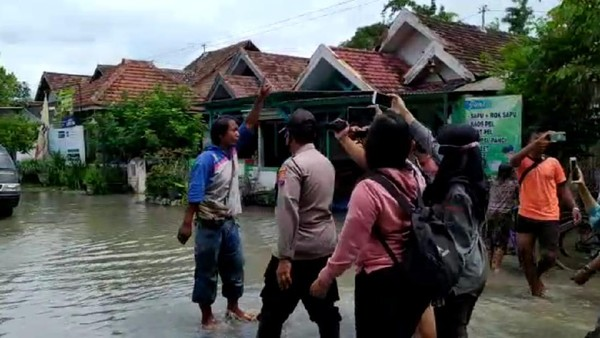 Bupati Jombang Diprotes dan Ditantang Warga untuk Tinggal di Lokasi Banjir