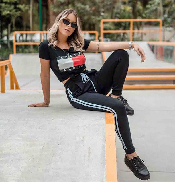 Calça jogger, tshirt preta e tênis preto