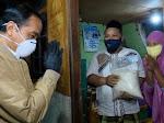 Malam-malam Jokowi Blusukan ke Sunter, Bagikan Sembako dan Paket Obat untuk Warga