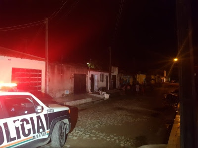 Mãe morre e filha é baleada na cabeça na calçada de casa