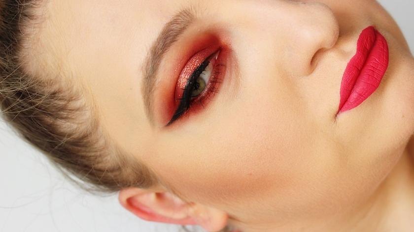 Makijaż paletą MUR Rose Gold.