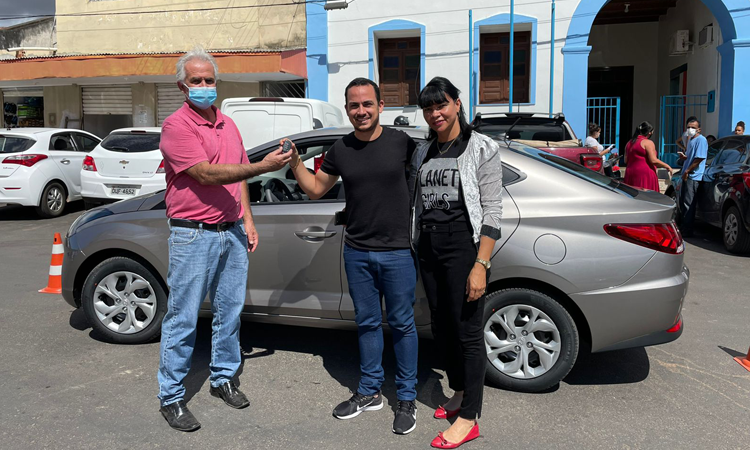 Prefeito de Ituaçu realiza entrega de mais um novo veículo para o município