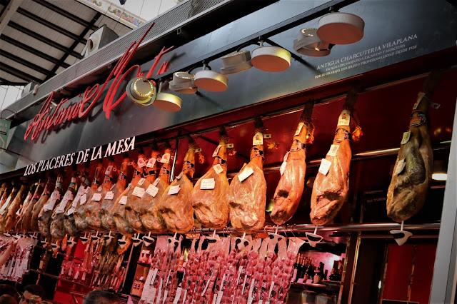 Bancarella che vende Jamòn al Mercado Central di Valencia