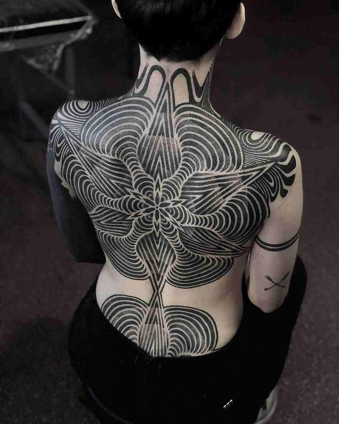Alucinante tatuaje geometrico en blanco y negro en la espalda