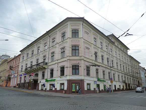 Чернівці. Центральна площа. Колишній готель («Schwarz Adler») «Чорний орел». Торгово-економічний інститут