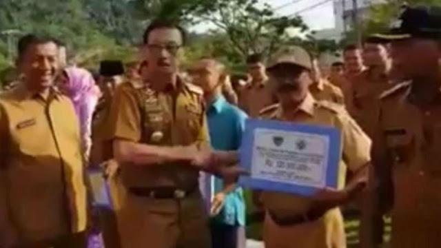Beredar Video Bupati Pesisir Selatan Bagikan Bantuan Uang dari Jokowi