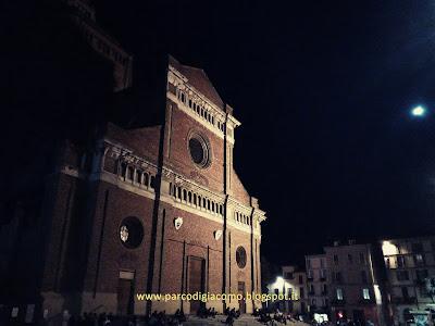 Piazza duomo e la facciata della cattedrale di Pavia