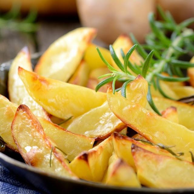 أصابع البطاطس المقرمشة مع جبن البارميزان بالفرن