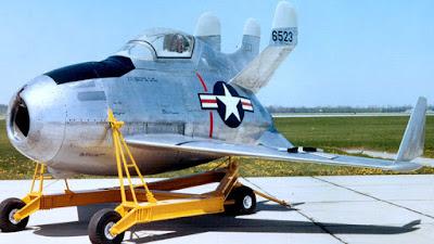 El avion volador McDonnell XF-85 mejos conocido como el huevo vlador