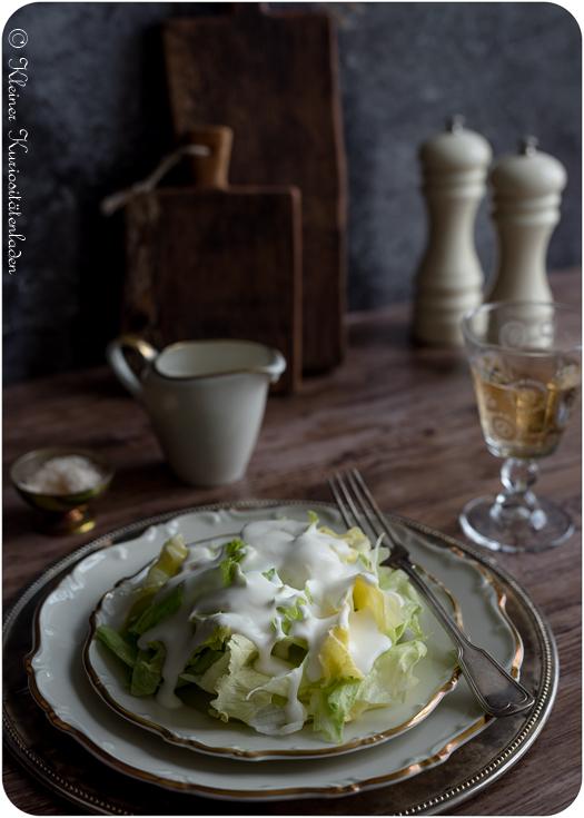 Eisbergsalat und aufgeschlagenem Zitronen-Sahne-Dressing