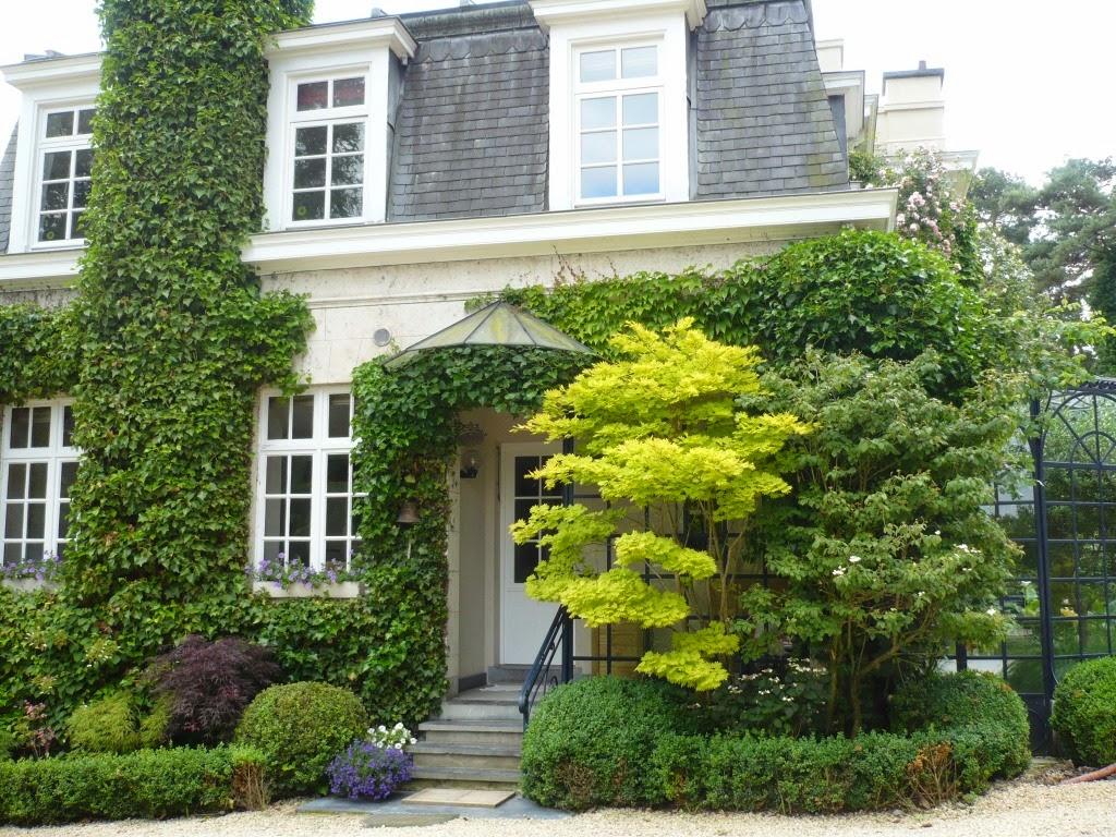 Balades dans de beaux jardins le jardin du sous bois - Maison en bois jardin ...