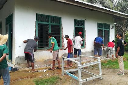 Gotong Royong di Musholla Al Isro' Bersama Warga Blok B Pulau Beringin Bengkulu Tengah