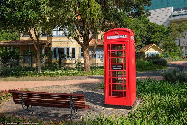 Cabine telefônica vermelha no Memorial Inglês, no Parque Gomm, em Curitiba