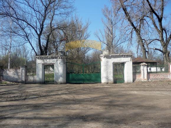 Прелестное. Усадьба Бантыша. Ворота закрытого пионерского лагеря