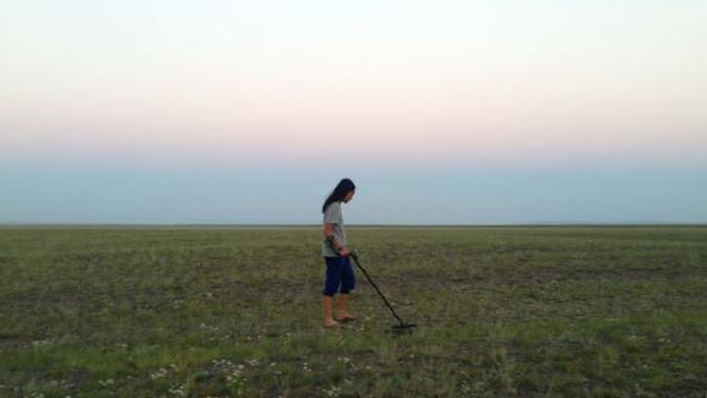 Zhang Bo mencari meteorit di Xinjiang, pada tahun 2016